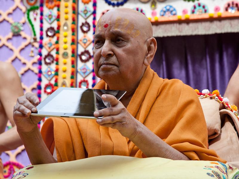Swamishri inaugurates Satsang Exams eBooks for devices like iPad and Kindle, in epub, mobi and pdf formats