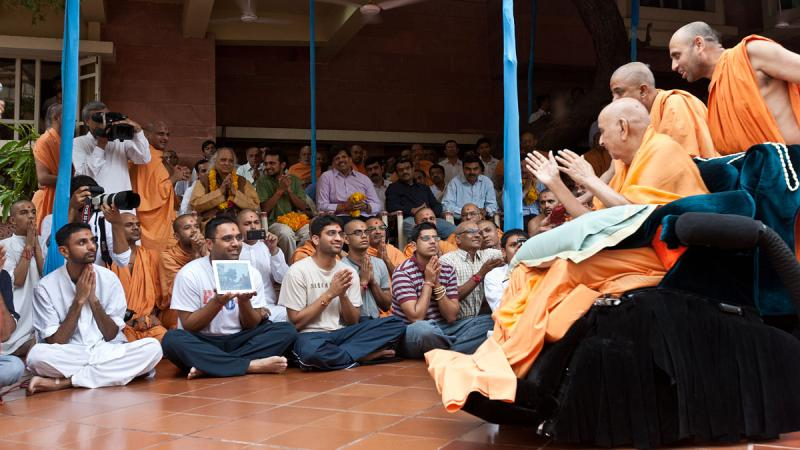 Swamishri blesses Pandit Jasraj, well-known Indian classical vocalist, and others