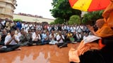 Devotees doing darshan of Swamishri amidst rain