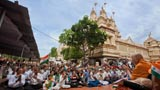 Devotees welcome Swamishri by waving the Indian tricolor
