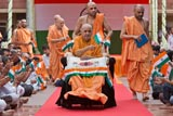 Swamishri waves the Indian tricolor