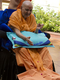 Swamishri blesses kids