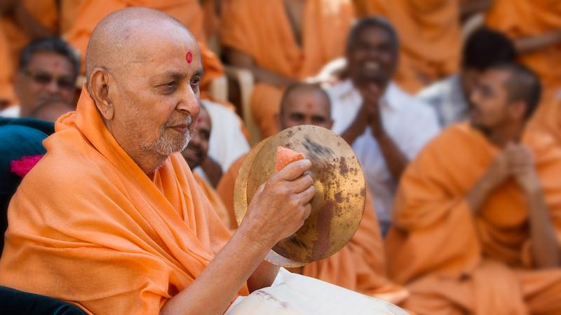 Swamishri plays the cymbals