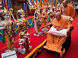 Swamishri performs pujan of the murtis of Oklahoma Mandir