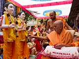 Swamishri performs pujan of the murtis of Vankal Mandir