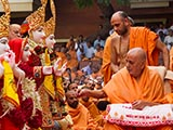 Swamishri performs pujan of the murtis of Bhathena Mandir