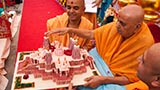 Swamishri sanctifies model of Chino Hills Mandir