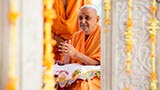 Swamishri engrossed in darshan of annakut