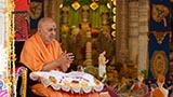 Swamishri bids 'Jai Swaminarayan' to sadhus and devotees