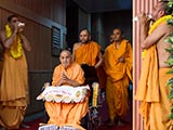 Swamishri arrives in the New Year satsang assembly