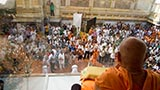 Devotees doing darshan of Swamishri in the afternoon