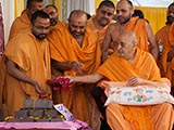 Swamishri sanctifies bricks for the new mandir at APC, Vallabh Vidyanagar