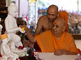 Swamishri sanctifies murti of Shri Nilkanth Varni