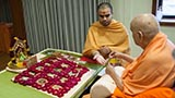 Swamishri performs his morning puja rituals