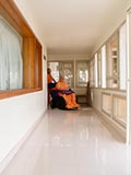 HH Pramukh Swami Maharaj arrives in the gallery at 11.22 am