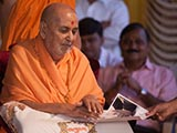 Swamishri sanctifies a photograph