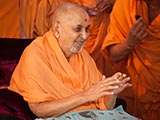 HH Pramukh Swami Maharaj arrives for darshan at 10.33 am