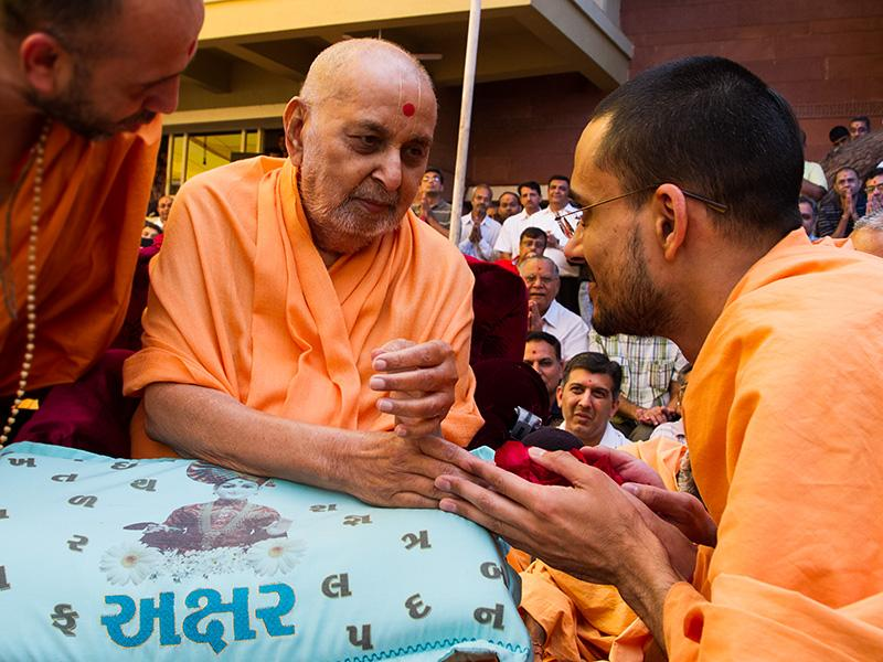 Swamishri sanctifies flowers for students