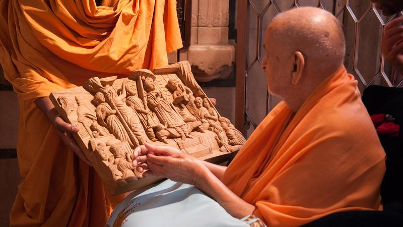 Swamishri sanctifies a wooden carving