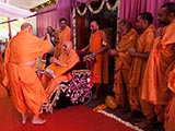 HH Pramukh Swami Maharaj arrives for Thakorji's darshan at 10:10 am
