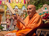 Swamishri sanctifies a small cricket bat
