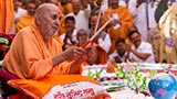 Swamishri plays drum sticks