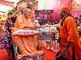 Swamishri plays drum