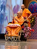 Swamishri arrives for the Janm Jayanti assembly in the sabha hall
