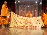 Senior sadhus honor Swamishri with a shawl