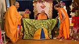 Sadhus honor Swamishri with shawls