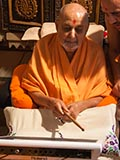 Swamishri sanctifies an octapad