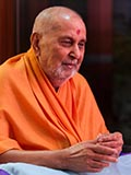 HH Pramukh Swami Maharaj arrives for Thakorji's darshan at 10:46 am