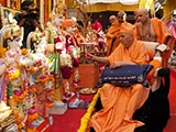 Swamishri performs pujan of murtis for Kakvadi Mandir