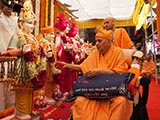 Swamishri performs pujan of murtis for Goyma Mandir