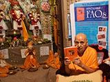 Swamishri inaugurates a new book 'Hinduism FAQs'