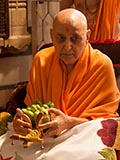 Swamishri sanctifies a cart with vegetables