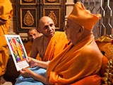 Swamishri views a photograph