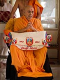 HH Pramukh Swami Maharaj arrives in the gallery at 12.47 pm