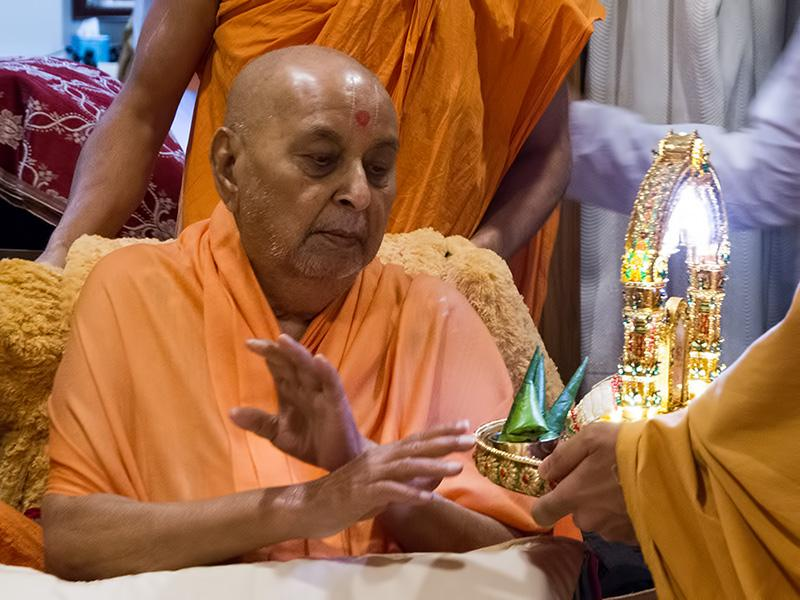 Swamishri doing darshan of Shri Harikrishna Maharaj