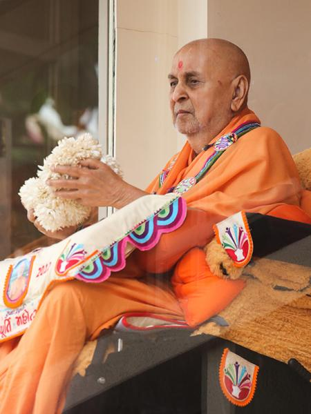 Swamishri sanctifies balls of flowers