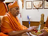 Swamishri engrossed in darshan of Shri Harikrishna Maharaj
