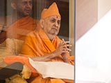 HH Pramukh Swami Maharaj arrives in the gallery at 1.05 pm