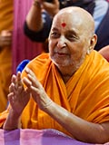 HH Pramukh Swami Maharaj arrives for Thakorji's darshan at 1:25 pm