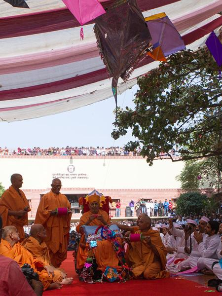Swamishri holds the string of a kite
