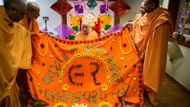 Sadhus honor Swamishri with garlands and shawls