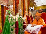 Swamishri performs pujan of murtis for Katargam Mandir
