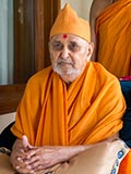 HH Pramukh Swami Maharaj arrives in the gallery at 12.33 pm