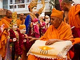 Swamishri performs pujan of murtis for Vadavi Mandir