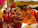 Swamishri performs pujan of murtis for Torna Mandir