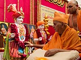 Swamishri performs pujan of murtis for Sadalvel Mandir